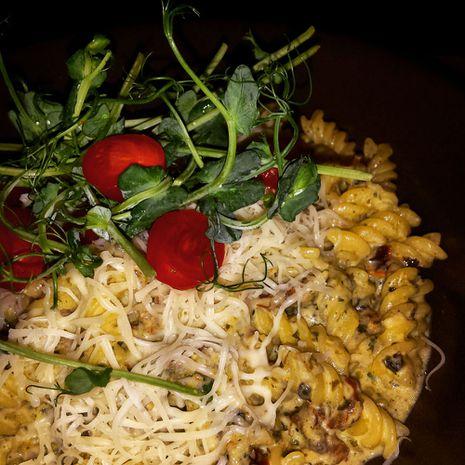 Maisi-riisimakaronid päikesekuivatatud tomatite ja pestoga