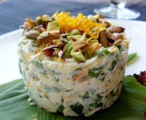 Pastarnoko ir pistacijų salotos su anakardžių padažu