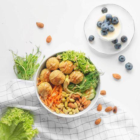 Falafelių ir daržovių dubenėlis