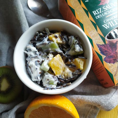 Aromatingas laukinių ryžių ir vaisių desertas