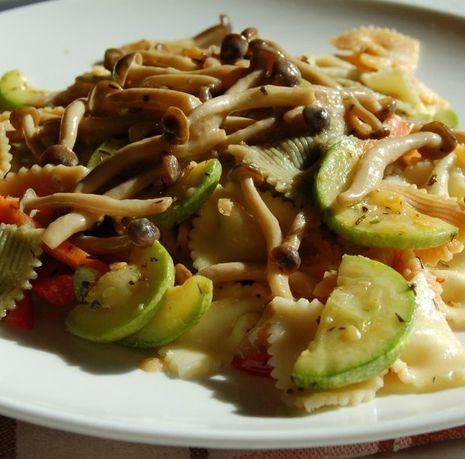 Makaronų salotos su daržovėmis ir rudaisiais SHIMEJI grybais
