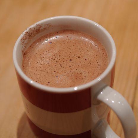 Šokoladinis lazdynų riešutų karštas gėrimas be cukraus