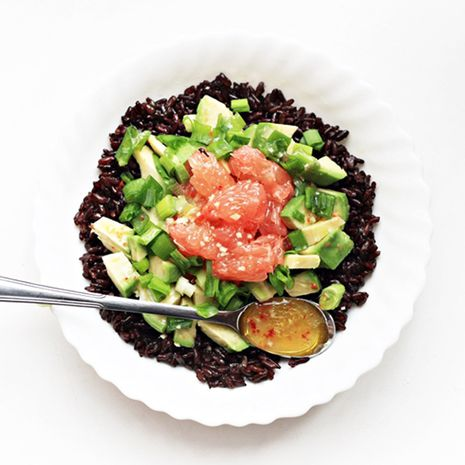 Musta riisi salat greibi ja avokaadoga