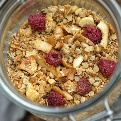 Skrudintų sezamų granola su kokosais ir avietėmis (be glitimo)