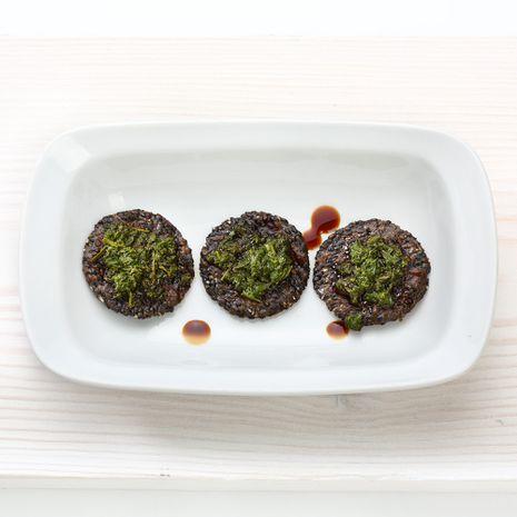 Superampsud - musta seesami kreekerid teelehtedega