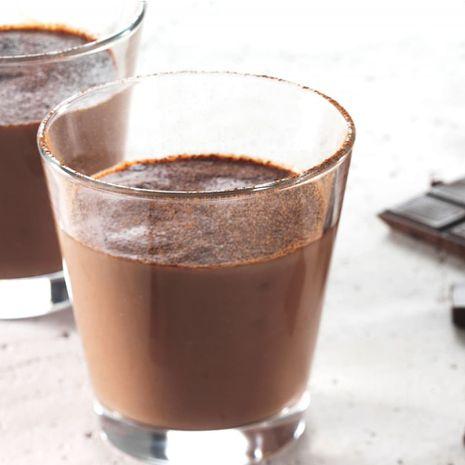Karštas juodojo šokolado gėrimas su medumi